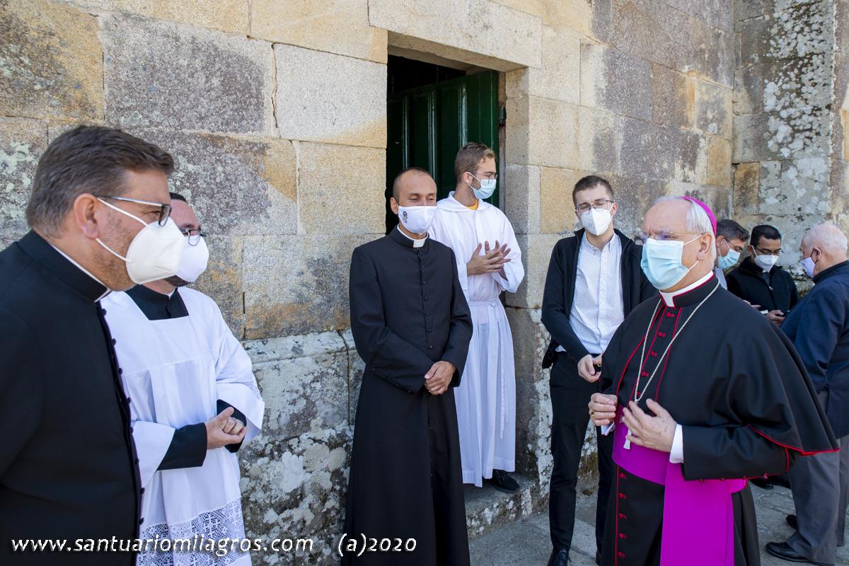 Sr. Obispo saludando al nuevo Rector del Santuario